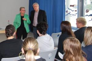 Schulleiterin Barbara Hallermann und Fritz Rudolf Körper im Gespräch mit den Schülerinnen und Schülern