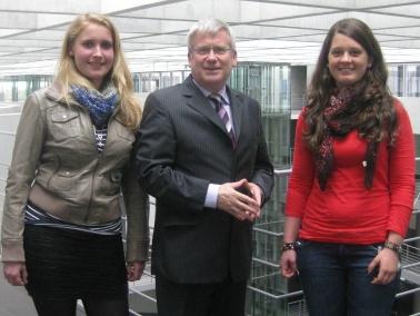 Marie Börder und Pia Hofmann mit Fritz Rudolf Körper beim Girls Day in Berlin