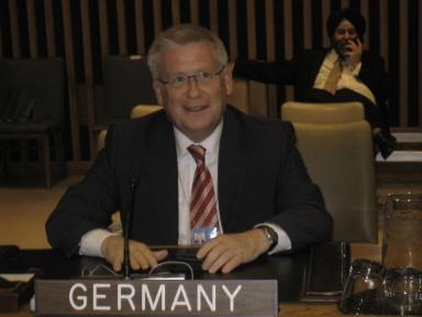 Fritz Rudolf Körper auf der deutschen Bank in der UN-Generalversammlung.