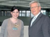 Fritz Rudolf Körper und Julia Spyra vor Körpers Büro im Berliner Paul-Löbe-Haus